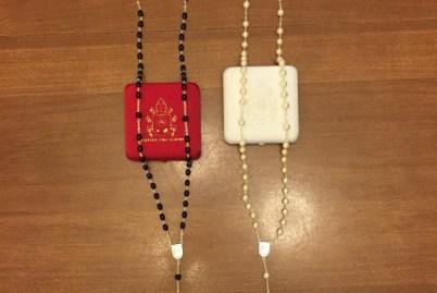 Kim-Davis-rosaries-e1443625895400